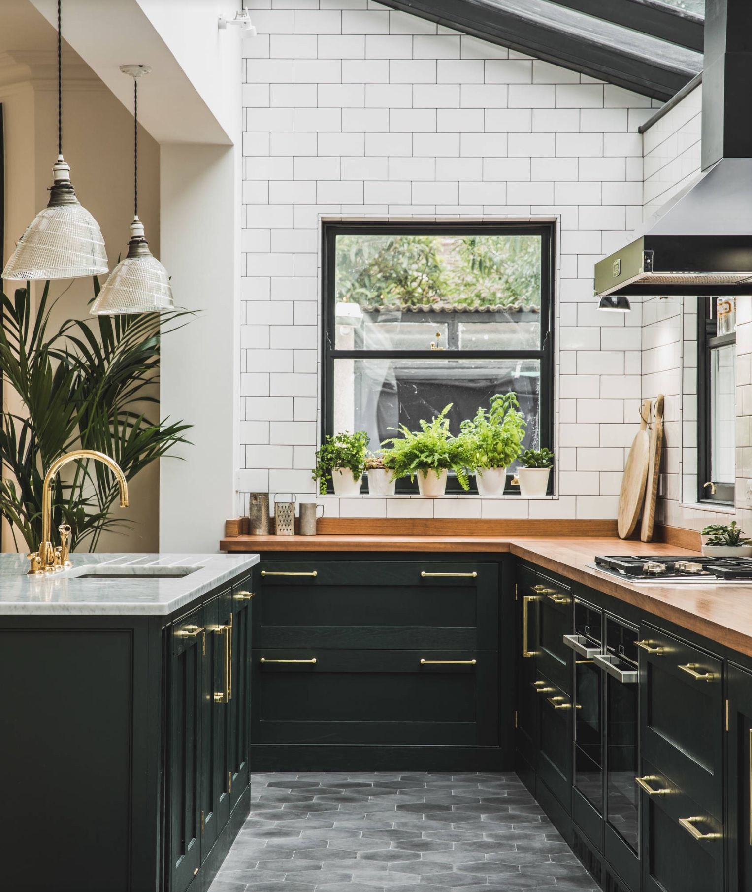 L Shaped Kitchen Island Kitchen Traditional With Apron: Cuisine Avec Meubles Noirs Mats Et Mur En Carrelage Métro
