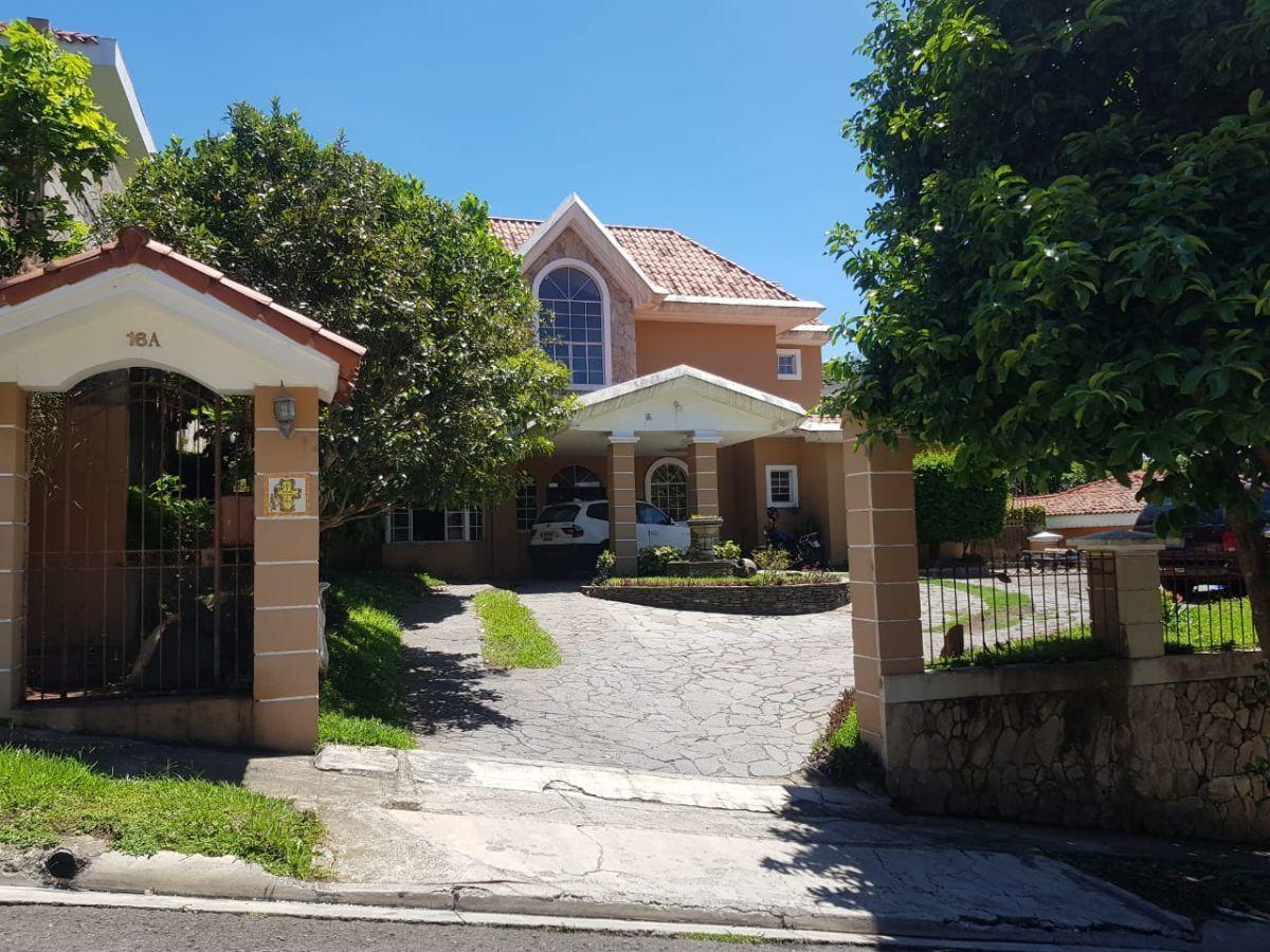 En venta hermosa casa con 1026 V2 y 360 M2 en Residencial