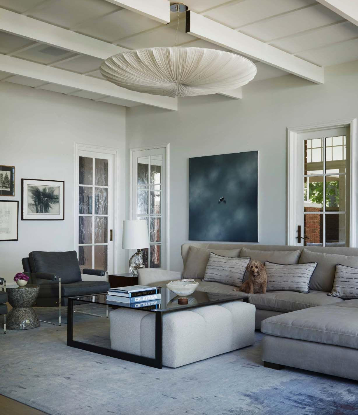 Lake House Living Room Decor: Modern Interpretation Of A Traditional Tudor Style House