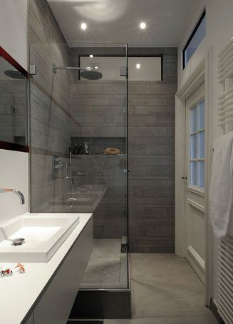 der extrem breite, hinterleuchtete spiegel sowie glasfenster über, Hause ideen
