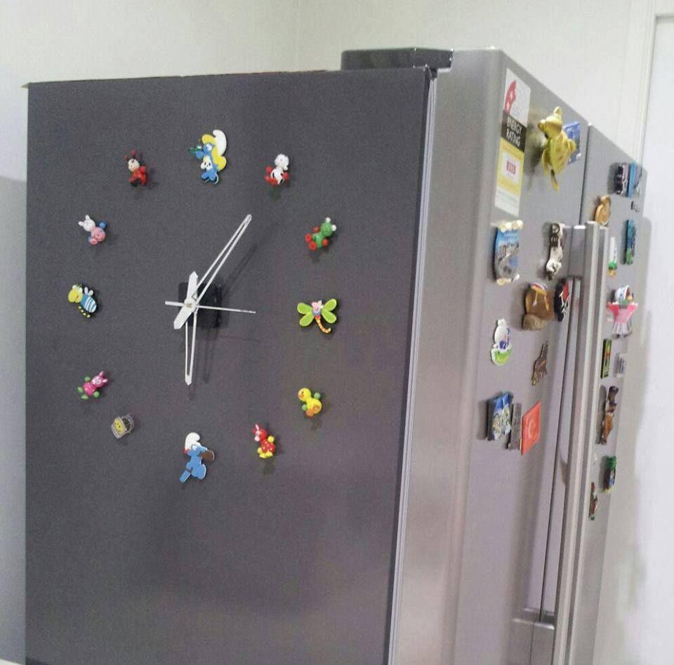 Compre em lojas de artesanato maquininha de relógio, cole manta magnética e tenha um relógio na sua geladeira.
