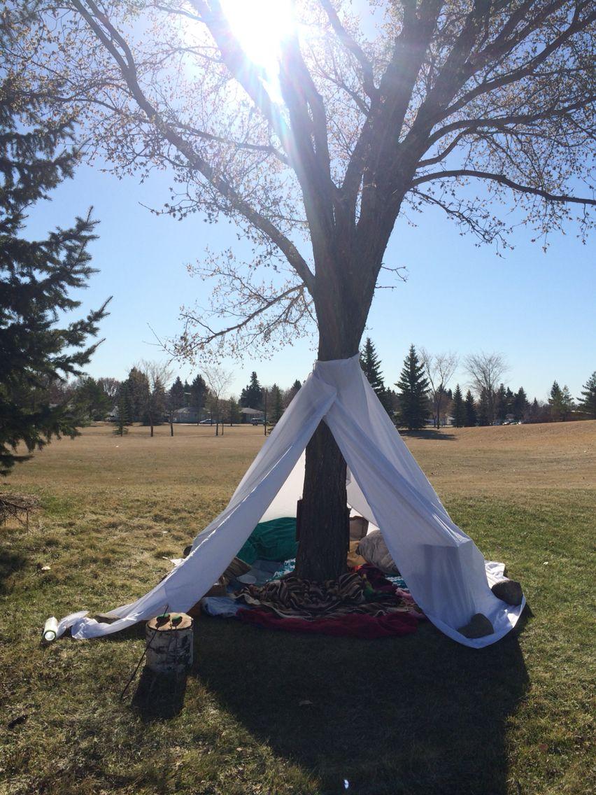 Zelt schnell selbst gebaut laken um einen baum binden for Gartengestaltung um einen baum