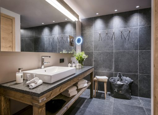 Studio L Boutiquehotel Werdenfelserei In 2020 Ebenerdige Dusche Wc Mit Dusche Innenbeleuchtung