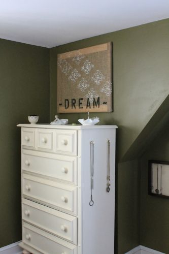 Two Rules Of Thumb For Hanging Things On Your Walls Hanging Art Gallery Wall Picture Arrangements