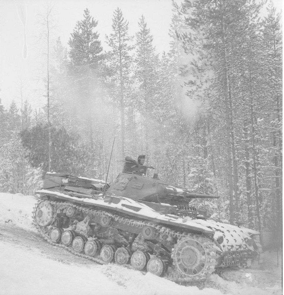 PzKpfw III Ausf.D of the 40th tank battalion for special purpose in the forests of Karelia,the winter of 1942.Remarkably,the tank commander's cupola from the Ausf modifications to B\C.