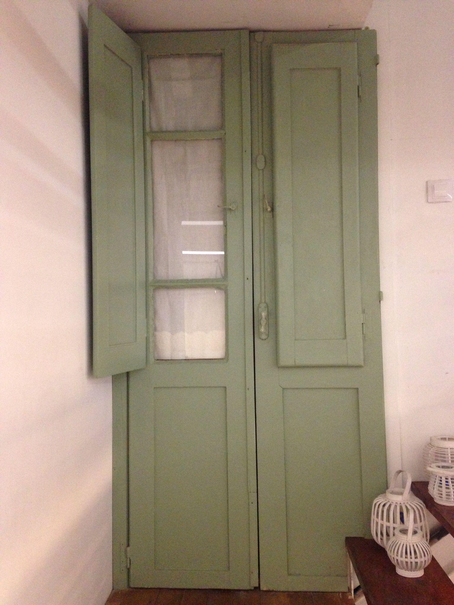 Con un par de puertas antiguas aprovechamos un hueco en el descansillo de la escalera para hacer un armario.