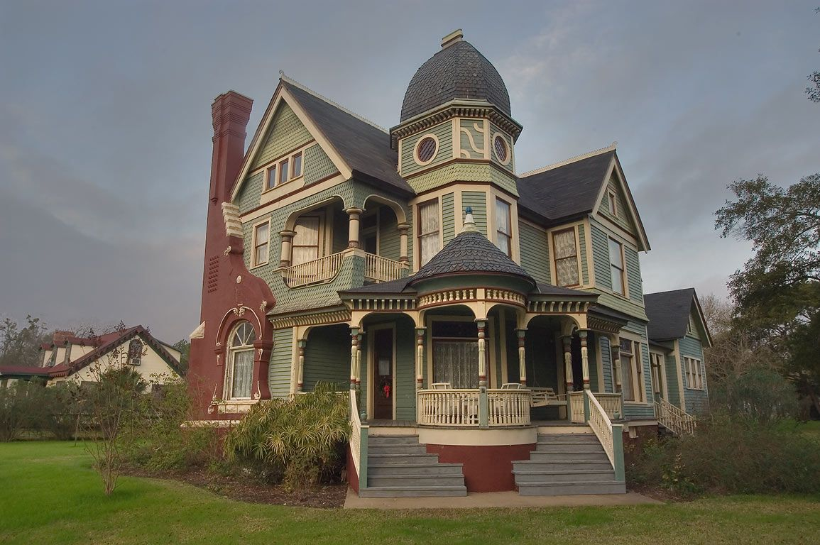 Victorian era queen anne home designs 1880 1910 roof for Victorian themed house