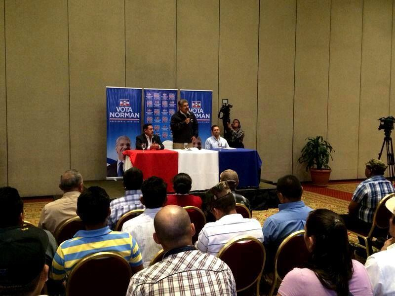 Norman Quijano candidato presidencial de ARENA reunido con Veteranos Militares.