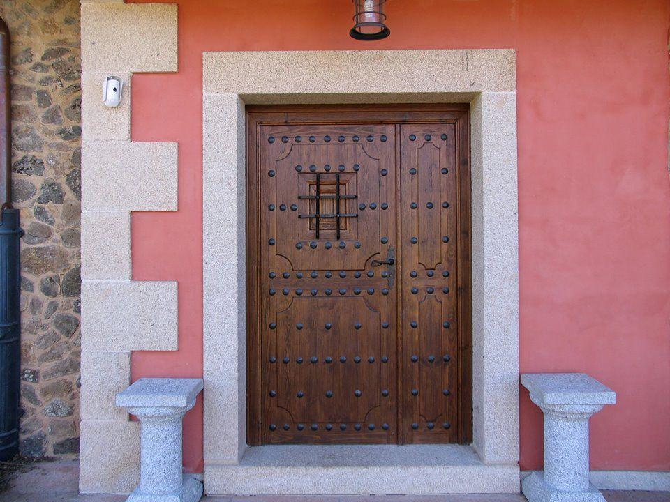 Puerta rustica dos hojas detalle ventanillo con reja y - Puerta rustica exterior ...
