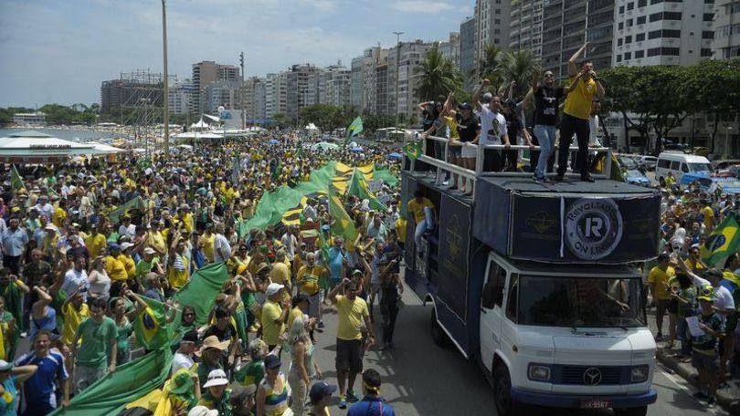 Manifestantes se reúnem na orla de Copacabana em ato pelo impeachment de Dilma - 13/12/15