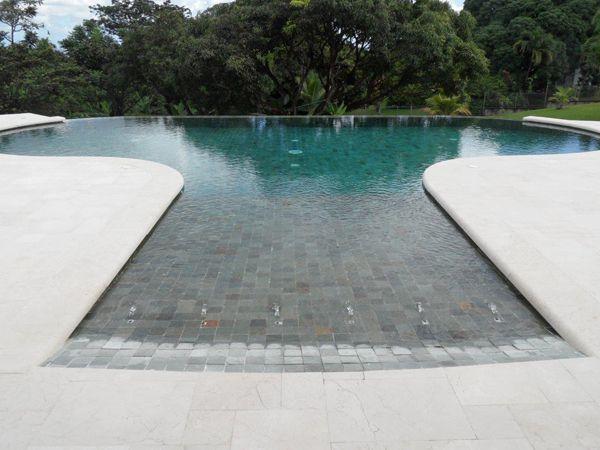 Superbe ! Réalisation du0027une piscine à débordement, forme libre - realiser une piscine en beton