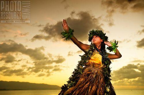 Kahiko ballerino hula dal mare al tramonto, Oahu.