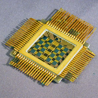 Fairchild 1024-bit SAM multi-chip memory plane uses sixteen 64-bit PMOS Static RAM chips (1968)
