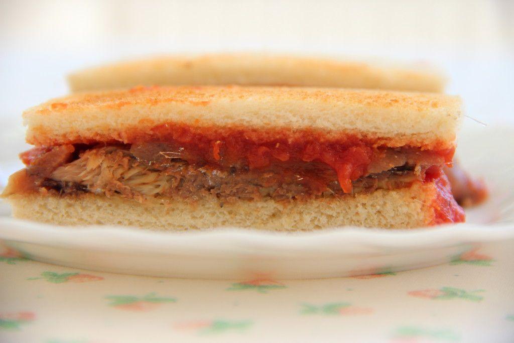 Hapje met tomaat, ansjovis en sardines