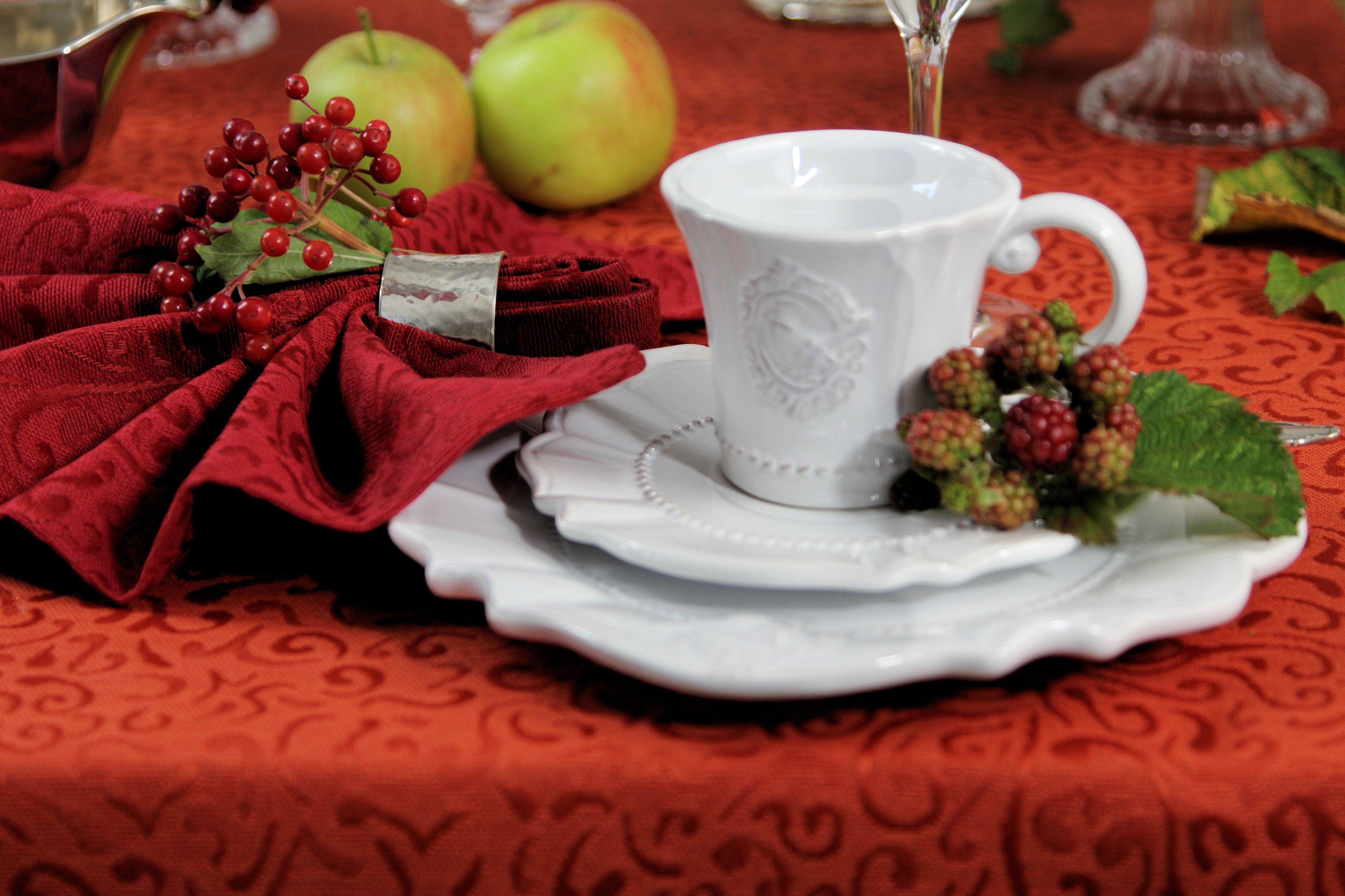 Herbstliches Kaffeegedeck. Tischwäsche: Sander