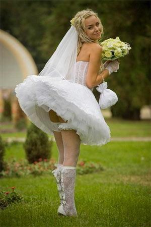 Белые трусики у девочек под юбками