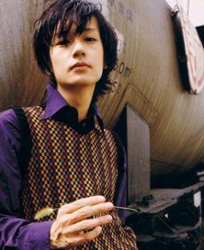 紫のシャツを着た井浦新のかっこいい画像