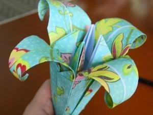 Lys En Origami diy : décoration printanière, la fleur de lys en papier | pinterest