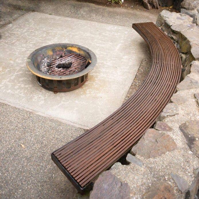 geschwungene runde kamin stil feuerstelle zu betonplatte innenhof mit sitzgelegenheiten bank wrde - Deck Ideen Mit Kamin