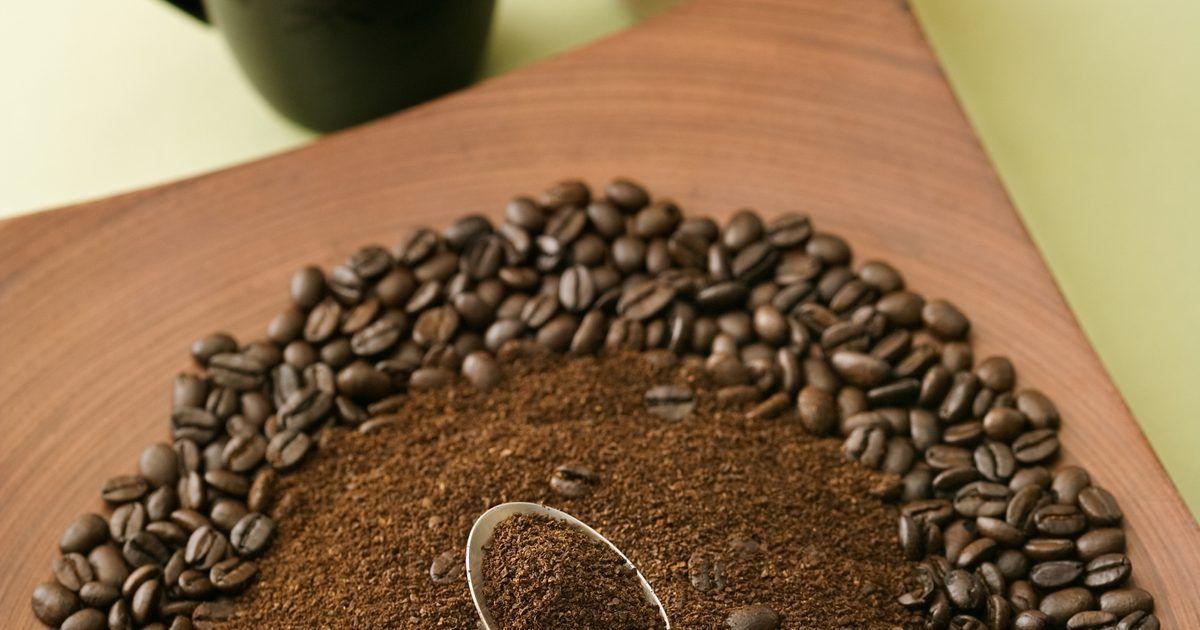 Cómo hacer concentrado de café para refrigerar . El café frío es un alivio refrescante en el calor del verano, pero verter café caliente sobre hielo puede hacer que se diluya, pierda frescura o tenga un sabor amargo. Por otra parte, hacer un concentrado de café mediante el uso de técnicas de preparación en frío preserva el sabor y la complejidad del mismo sin residuos amargos. De acuerdo con la ...