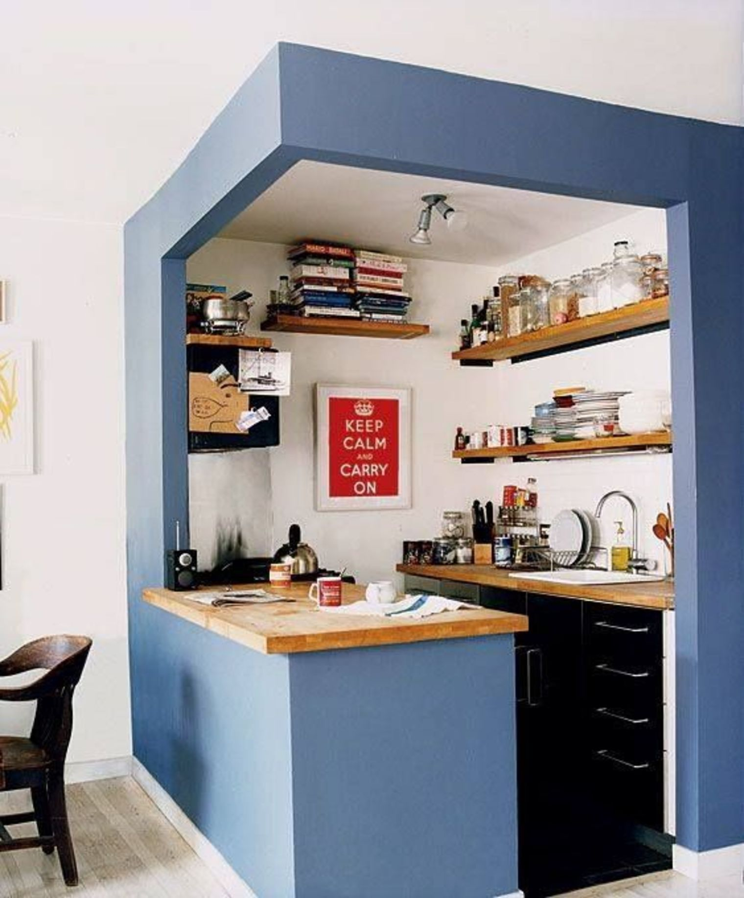 Cocina pequeña blanca con un marco en azul | colores de cocina ...
