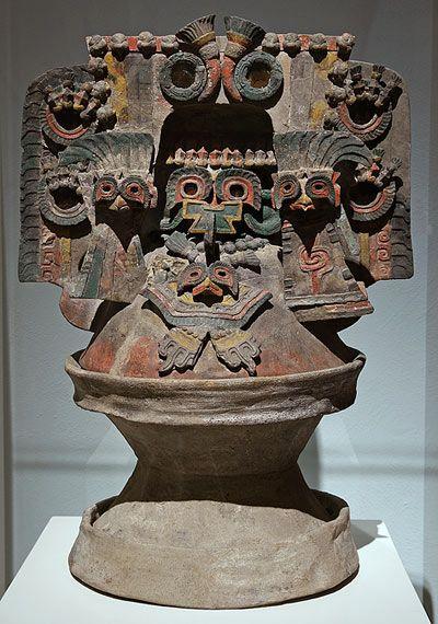 Teotihuacan Período clásico, 200 - 650 d.C. Arcilla, mica y pigmentos 56,5 x 41 x 31,3 cm Museo Nacional de Antropología. México, D.F.  Según la interpretación de algunos investigadores, se trata de una representación del Tonacatepetl (montaña del sustento), un lugar paradisíaco lleno de pájaros, mariposas, flores y frutos.