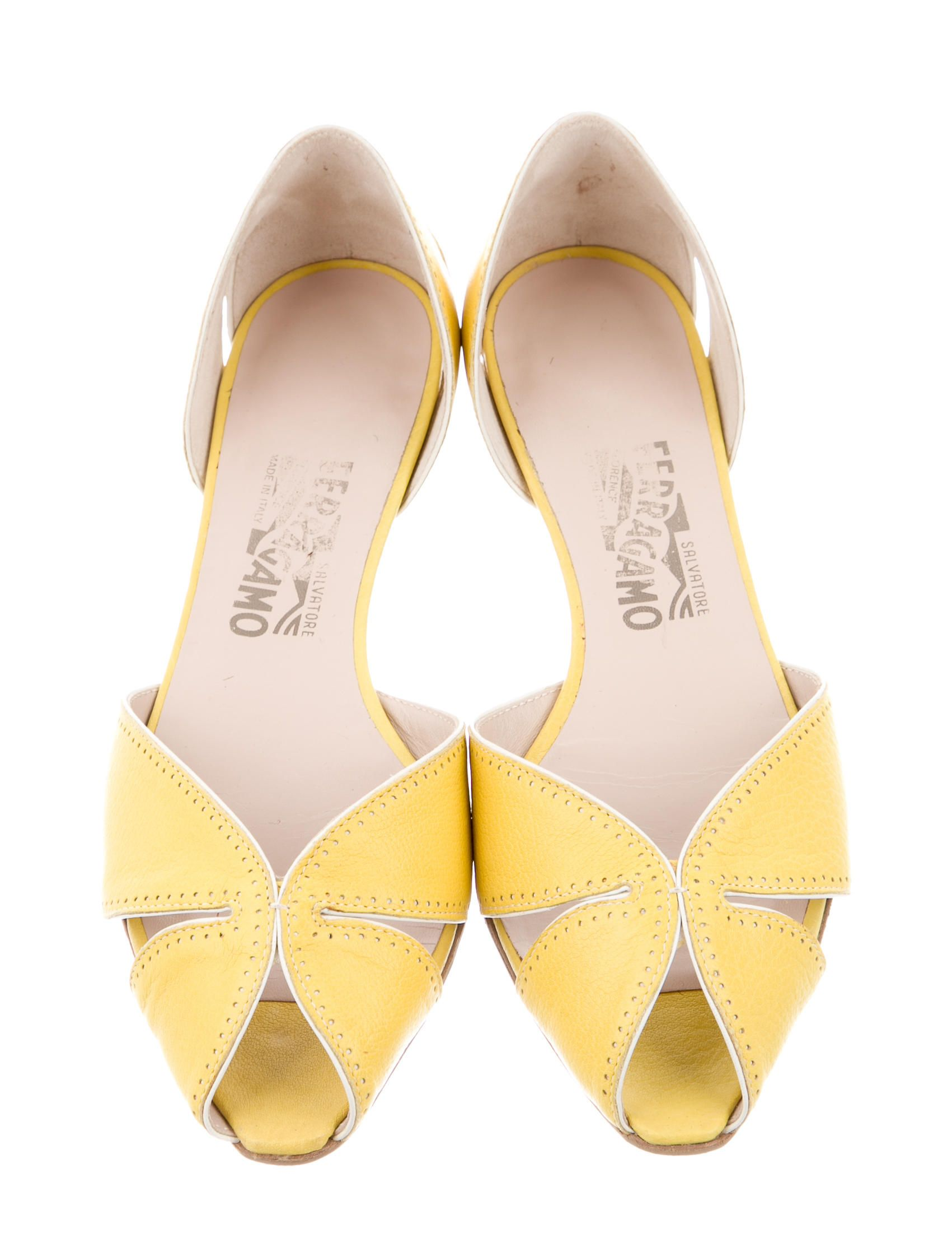 bomba Sede A fondo  Yellow leather Salvatore Ferragamo peep-toe flats with white leather trim,  perforated details and stacked heels. | Peep toe flats, Toe flats, Peep toe