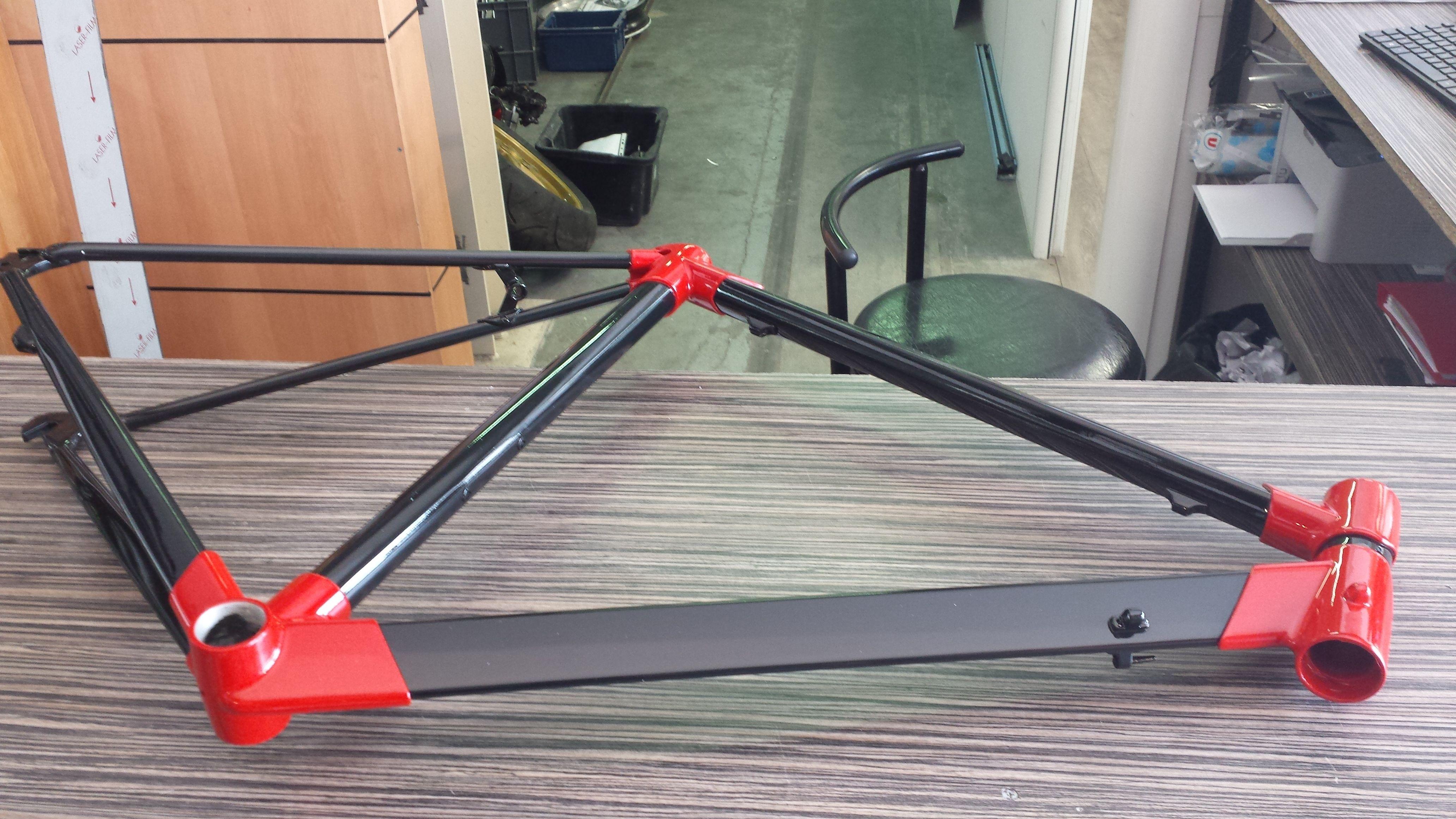 peinture sur cadre de v lo noir sur partie carbone et peinture rouge sur raccords alu peinture. Black Bedroom Furniture Sets. Home Design Ideas
