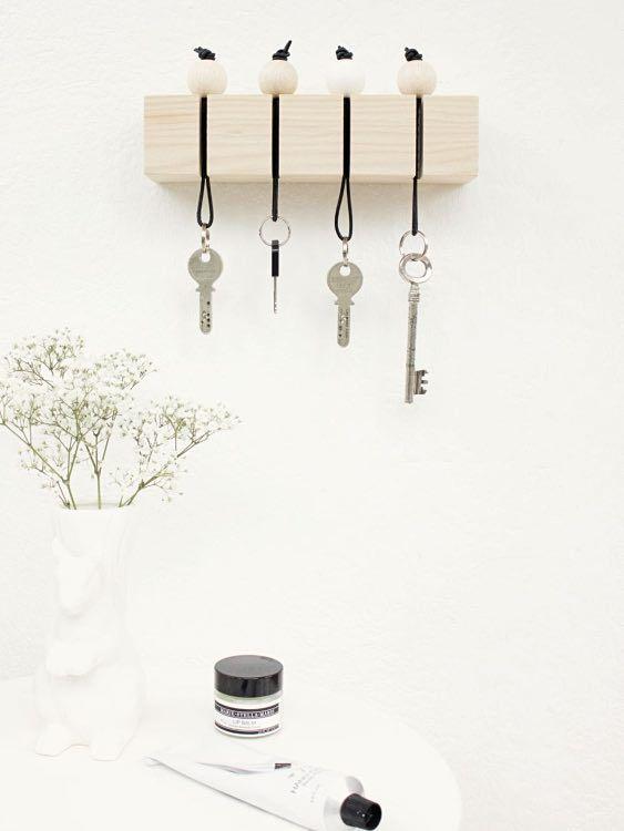tutoriel diy fabriquer un porte cl s mural avec des perles en bois via diy diy. Black Bedroom Furniture Sets. Home Design Ideas