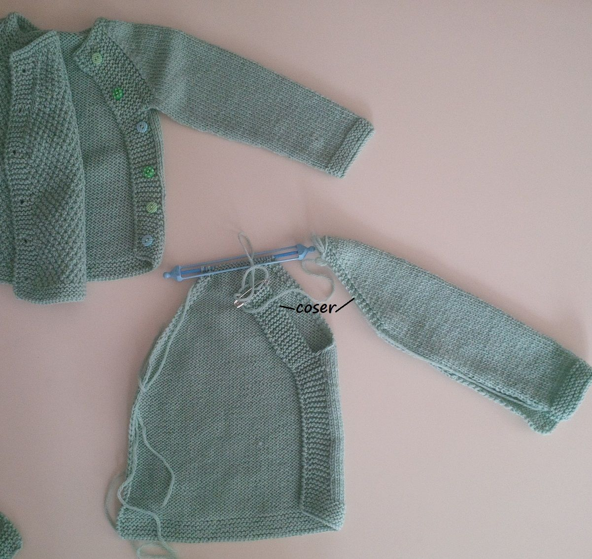 Esta chaquetita es para los los tres o cuatro primeros meses. Materiales  2  ovillos DMC Baby pure merino wool) agujas del . 6c3a6f507d1