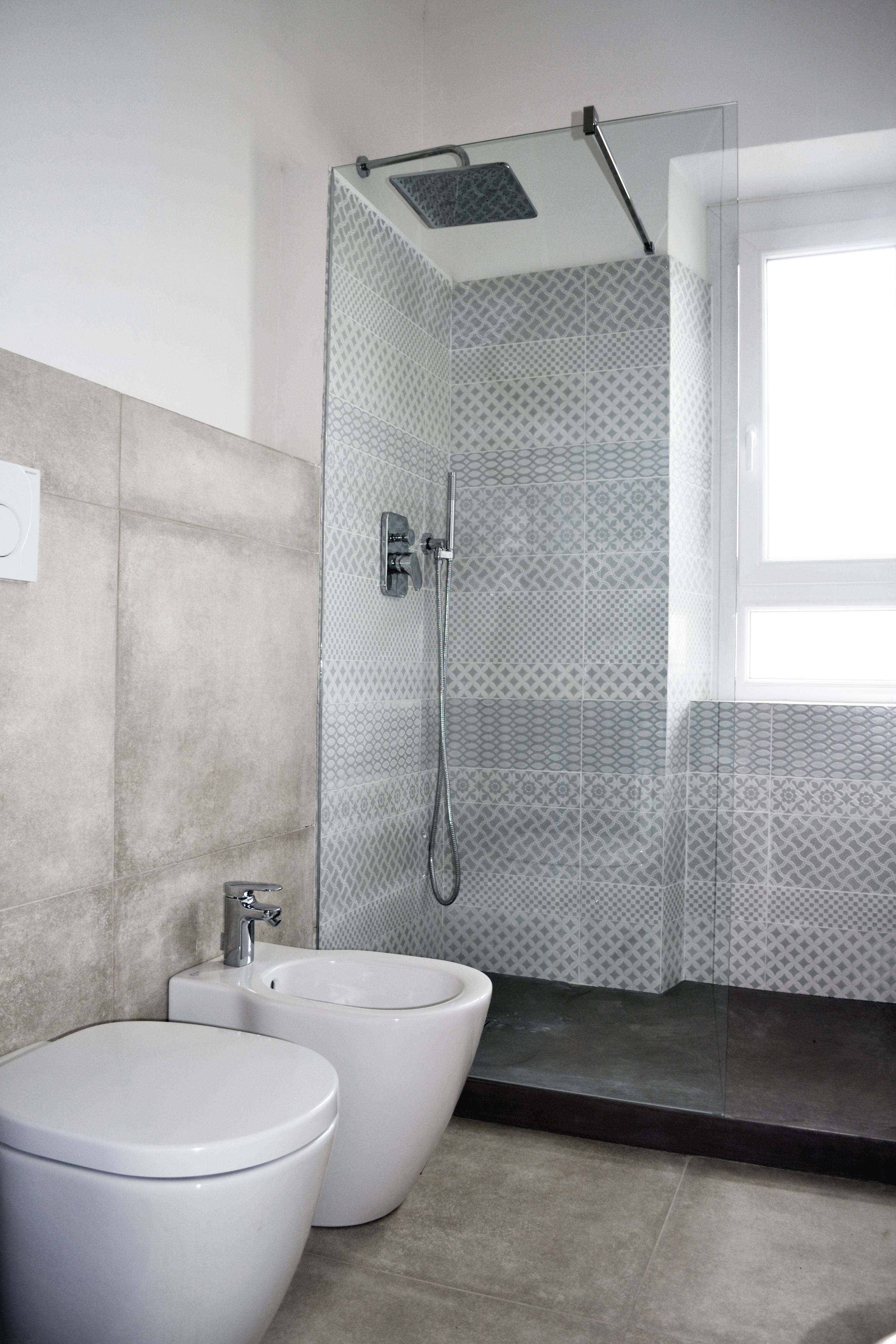 Piastrelle effetto cemento e piatto doccia in resina - Rimuovere cemento da piastrelle ...