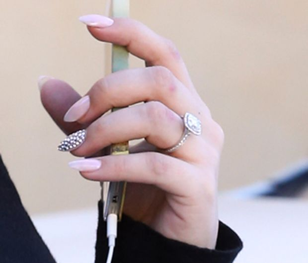 Superbe Kaley Cuoco Nails | Kaley Cuoco Paints Her Fingernail To Match Her  Engagement Ring .