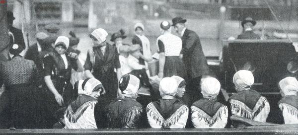 Urker dienstmeisjes in Enkhuizen op de boot onderweg naar huis. #Urk