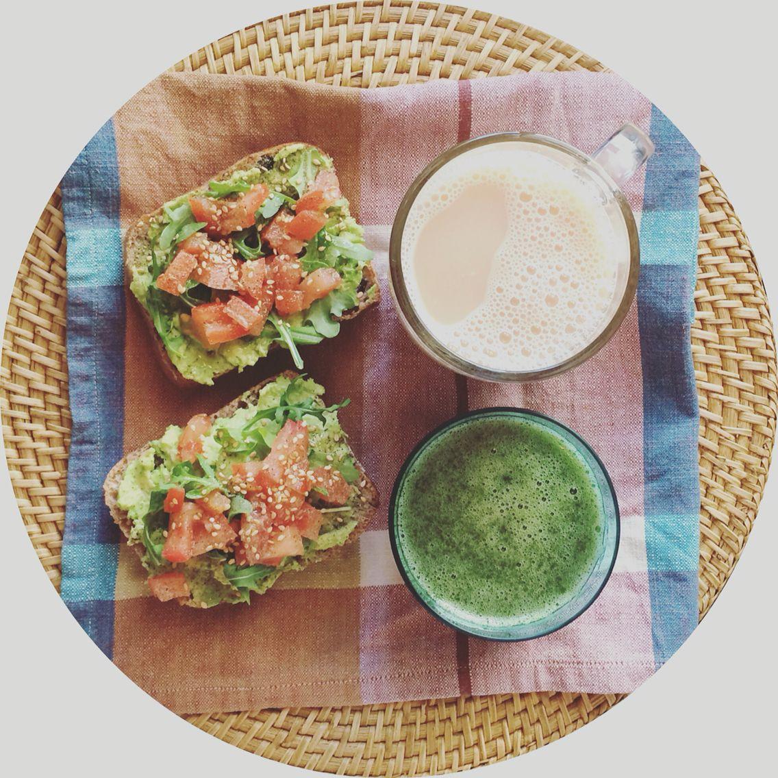 Té con canela y leche de avena, #greensmoothie y tostadas de pan de olivas negras con paté de aguacate, tomate y rúcula... Verde que te quiero verde  buenos días! #losdesayunosdeaurora