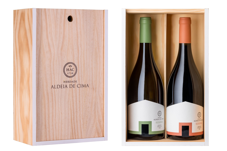 Herdade Aldeia de Cima lança cabazes de Natal e linha de produtos gourmet. Clássicos e elegantes, os vinhos Herdade Aldeia de Cima evidenciam a enorme complexidade de solos heterogéneos e o carácter das castas indígenas perfeitamente adaptadas à região, cumprindo o objetivo único e especial de oferecer o Alentejo numa garrafa. #vinho #wine #winelover #ilovewine #portuguesewines #topwines #winemarketing #wines #vinhos #vinhosdeportugal #winetime #wineoclock #marketingdevinhos