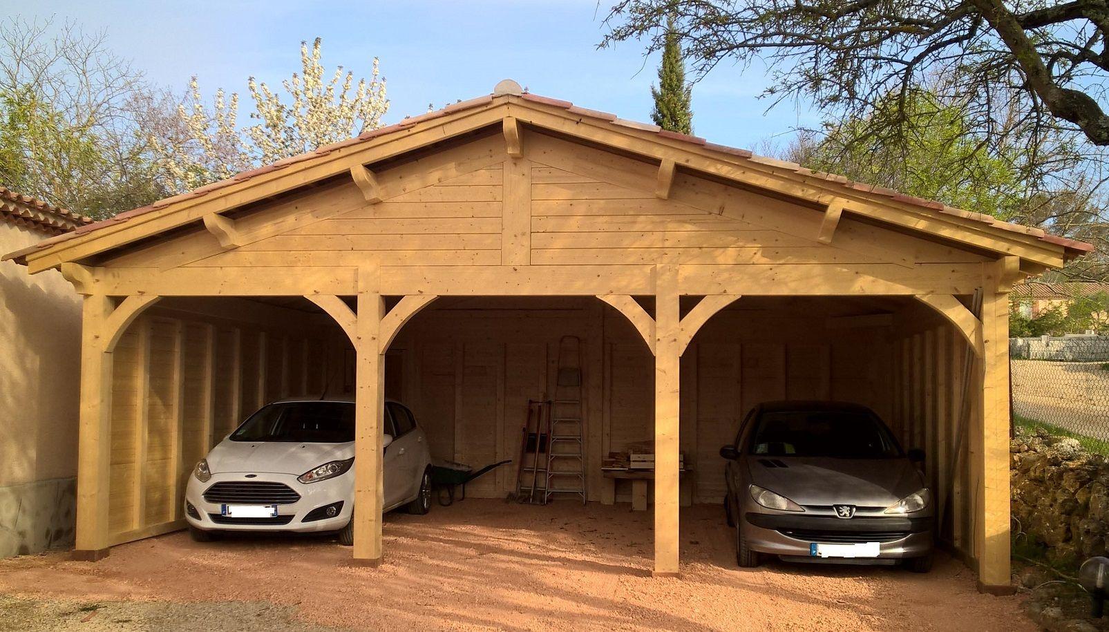 Abri en bois pour 3 voitures. Réalisation sur mesure par