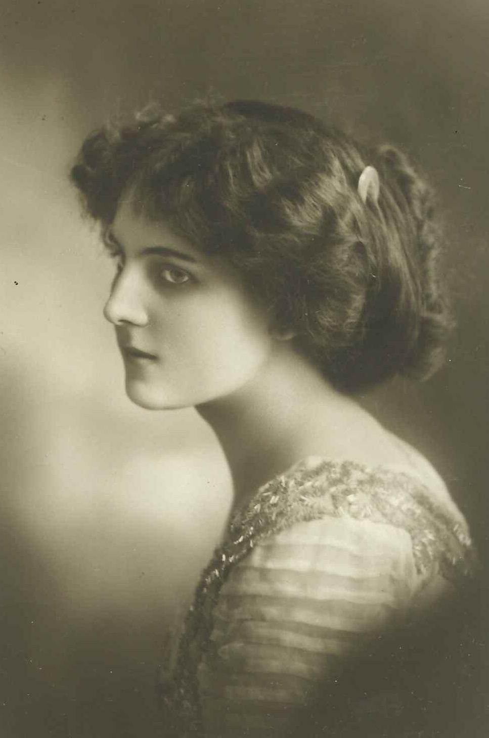 ernstes Damenportrait ca. 1910