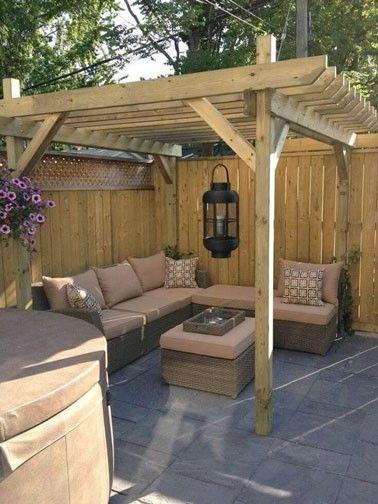 Petite terrasse déco avec pergola en bois et salon de jardin ...
