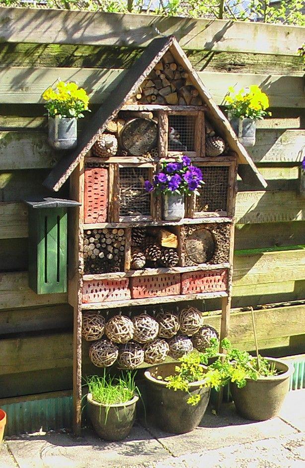 Insectenhotel, met heel veel woon en slaapplaats voor diverse ...