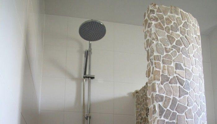 Mooie badkamers met ronde douchewand voorzien van kiezels in mooie ...