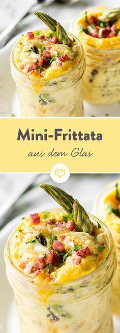 Eier aufschlagen, Zutaten vorbereiten, in ein Glas geben und im Ofen 10-15 Minuten backen. Die italienische Antwort auf das französische Omelett.