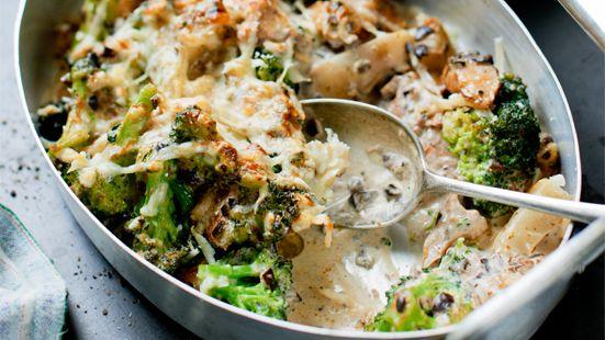 Vegetariskt Pastagratang Med Broccoli Och Kantareller Vegetarisk