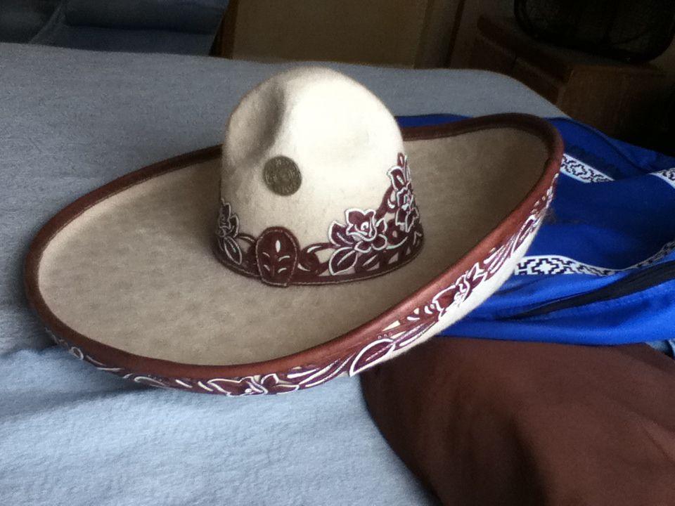 El sombrero y chapetas de escaramuza  )  822512400c0