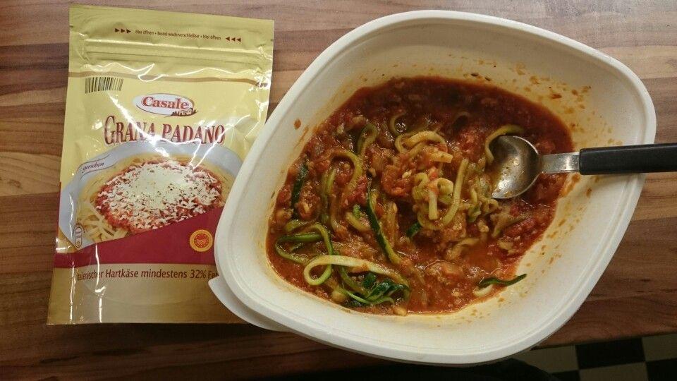 zucchininudeln mit bolognese und parmesan