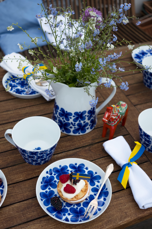 Sommerliche Tischdeko Im Schwedenstil. Schwedisches Geschirr Mit Viel  Tradition, Das Design Stammt Noch Aus