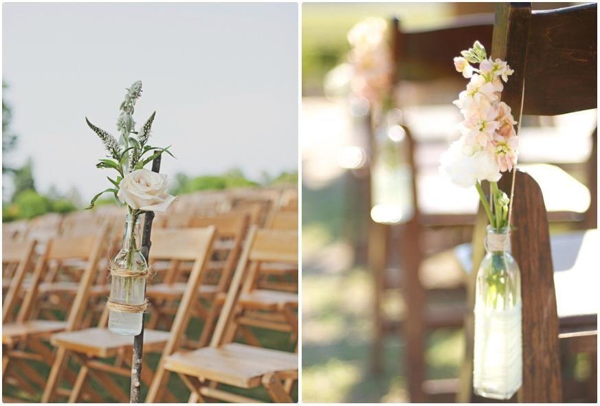 Delicadas e simples...  As flores na garrafa dão um toque minimalista na sua decoração.