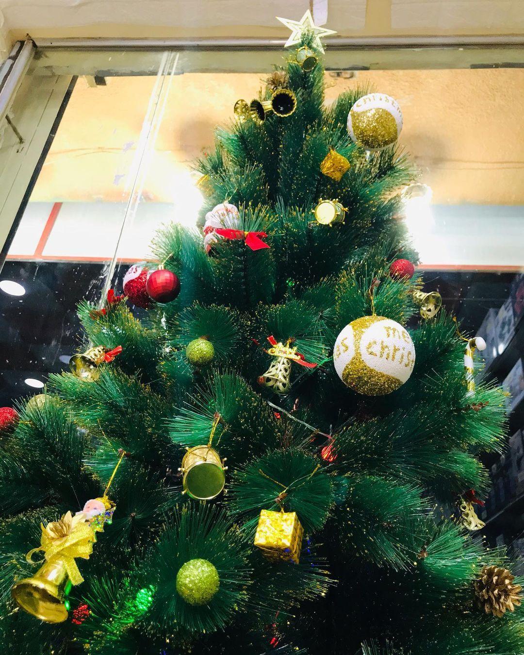 بيت العائلة On Instagram تتوفر شجرة الكرسمس قياس ١٨٠سم سعر الشجرة ٢٠ الف فقط سعر الشجرة مع الزينة ٣٠ الف توص Christmas Wreaths Holiday Decor Christmas Tree