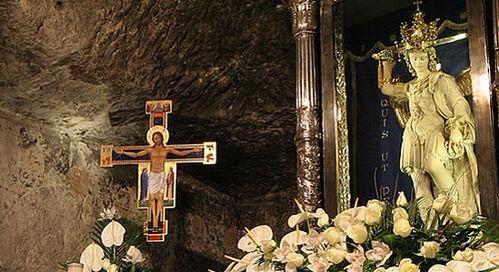 Santuario Altar De San Miguel Arcángel En Monte Gargano Italia Arcanjo Arcanjo Miguel Miguel Angelo