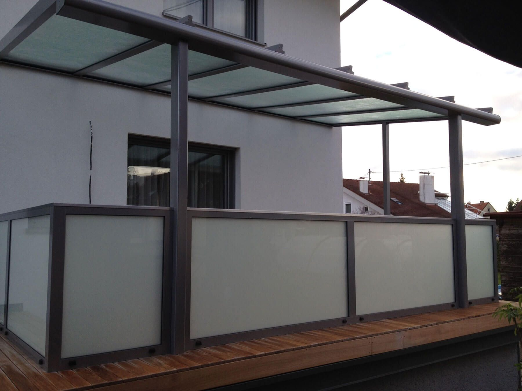 Terrassenüberdachung Mit Geländer Aus Alu & Milchglas   Terasse ... Auswahl Materialien Terrassenuberdachung