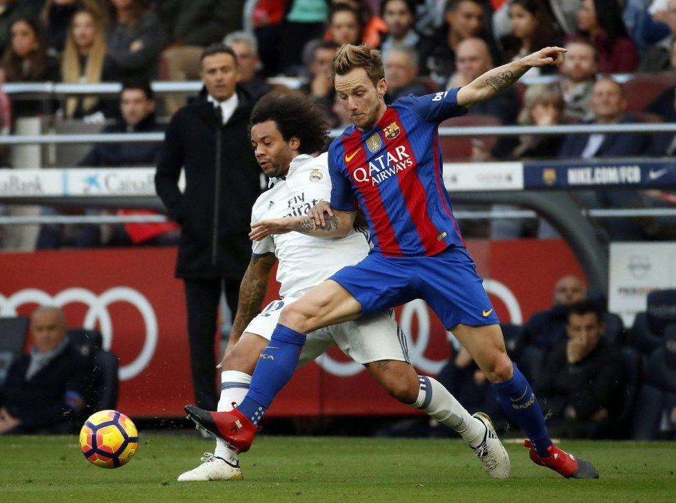 El defensa brasileño del Real Madrid Marcelo Vieira (izquierda) y el centrocampista del FC Barcelona Ivan Rakitic, intenan hacerse con la pelota.